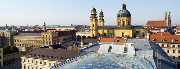 """Blick über die Glas-Stahl-Überdachung des """"Odeon"""" auf die Münchner Innenstadt, © Bayerisches Staatsministerium des Innern, für Bau und Verkehr"""